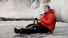 Facet pije herbaty na lodzie zbiory