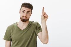 Facet podnosi palec wskazującego dodawać pomysłu stać niemądry i śliczny z wyrażeniowy pouting jeden propozycję wahający i nieśmi obraz stock