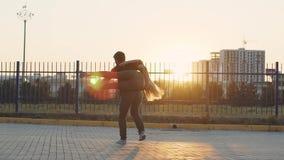 Facet podnosi w górę jego dziewczyny i kłębi z ona swobodny ruch Para w miłości przy zmierzchem zbiory wideo