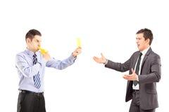 Facet pokazuje dmuchanie i żółtą kartkę młody busin gwizd Fotografia Stock