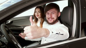 Facet pokazuje kciuk up przez samochodowego okno zbiory