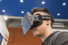 Facet próbuje Oculus słuchawki przy gra tygodniem 2014 w Mediolan, Włochy obraz stock