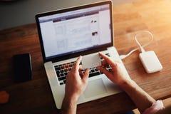 Facet pracuje przy komputerem w biurze Zdjęcia Royalty Free