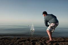 Facet przy wodą Zdjęcia Stock