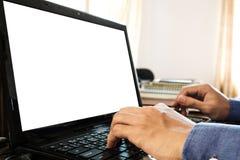 Facet ręka używać laptopu biuro z copyspace na laptopu ekranie w domu, Zdjęcia Stock
