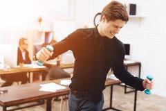 Facet robi gimnastycznym ćwiczeniom przy pracą obraz royalty free