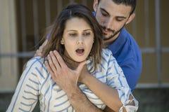Facet robi heimlich manewrowi dziewczyna podczas gdy she& x27; s duszenie Zdjęcie Royalty Free