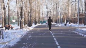Facet robi jog przez parka zbiory wideo