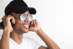Facet słucha muzyczny portret zdjęcie stock