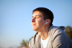 Facet słucha muzyka zdjęcia royalty free