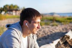 Facet słucha muzyka zdjęcie stock