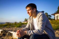 Facet słucha muzyka fotografia royalty free