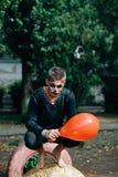 Facet siedzi na farbującej gumie fotografia stock