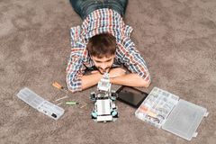 Facet siedzi na podłoga Obok mnie jesteśmy robot nosorożec, części roboty i narzędzia, Obrazy Stock