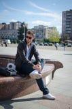 Facet siedzi na ulicie Zdjęcia Royalty Free
