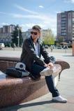 Facet siedzi na ulicie Zdjęcia Stock