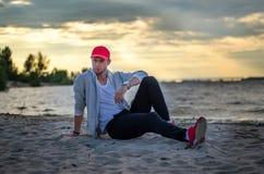 Facet siedzi rzeką Zdjęcia Royalty Free