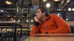 Facet siedzi w cukiernianym czekaniu dla jego rozkazu zdjęcie wideo