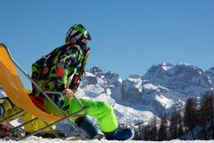 Facet snowboarder siedzi na bryczka holu na narciarskim skłonie zdjęcia stock