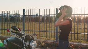 Facet stacza się atrakcyjnej młodej kobiety w tramwaju w motocykli/lów hełmach przy zmierzchem swobodny ruch zabawna para zdjęcie wideo