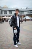 Facet stoi na ulicie Zdjęcia Stock