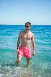 Facet stoi w wodzie Fotografia Royalty Free