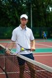 Facet stoi z tenisowym kantem Zdjęcie Royalty Free