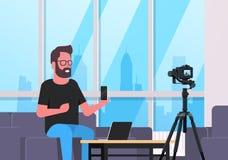 Facet technologii blogger magnetofonowy wideo na kamera mężczyźnie pokazuje nowemu smartphone czynnościowy testowanie bloga pojęc ilustracji