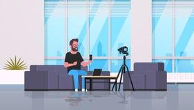 Facet technologii blogger magnetofonowy wideo na kamera m??czy?nie pokazuje nowemu smartphone czynno?ciowy testowanie bloga poj?c royalty ilustracja