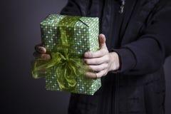 Facet trzyma pudełko z prezentem zdjęcie royalty free
