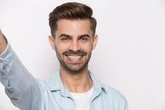 Facet używa smartphone widok od sieci kamery odizolowywającej na bielu fotografia stock
