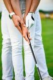Facet uczy jego dziewczyny bawić się golfa zdjęcie stock