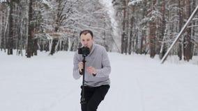 Facet w śnieżystym lesie strzela wideo zbiory