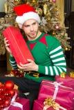 Facet w elfa chwyta czerwieni kostiumowym pudełku Fotografia Stock