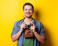 Facet w koszula z rocznik kamerą fotografia royalty free