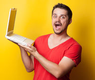 Facet w koszulce z laptopem zdjęcie stock