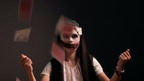 Facet w makeup w postaci złego jokeru rozprasza karty do gry Magiczny przedstawicielstwo iluzjonisty magik Concep zbiory