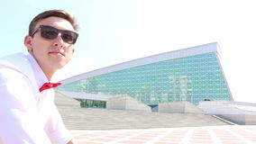 Facet w okularach przeciwsłonecznych i czerwonym łęku krawacie zbiory wideo