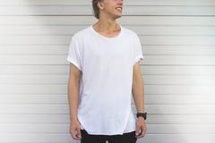 Facet w pustej białej koszulce Fotografia Stock
