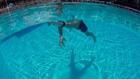 Facet w skrótów pływać podwodny w plenerowym basenie zbiory