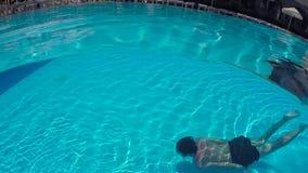 Facet w skrótów pływać podwodny w plenerowym basenie zdjęcie wideo