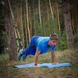 Facet ćwiczy z TRX Zdjęcia Royalty Free