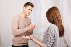 Facet wini dziewczyny w coś dziewczyna niewinnie rozprzestrzenia jej ręki _ zdjęcia royalty free