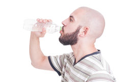Facet woda pitna od plastikowej butelki obraz royalty free