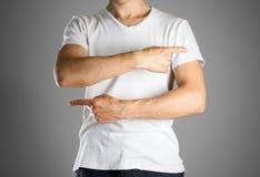 Facet wskazuje palce dobrze i z lewej strony w białej koszulce precyzuje obrazy royalty free