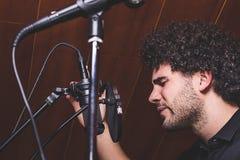 Facet z afro włosianym śpiewem Obraz Royalty Free