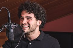 Facet z afro włosianym śpiewem Obrazy Stock