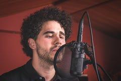Facet z afro włosianym śpiewem Fotografia Royalty Free