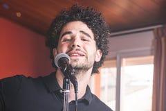 Facet z afro włosianym śpiewem Obraz Stock