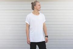 Facet z białego włosy pozycją w białej pustej koszulce Zdjęcie Royalty Free